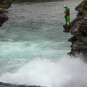 Норвегия. Река Rauma. Алесей Лукин просматривает порог. Фото – Елизавета Прозорова