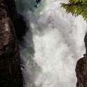 Норвегия. Река Strondelvi. Райдер Сергей Ильин проходит водопад Money Drop. Фото - Константин Галат