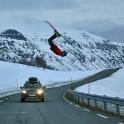 Северная Норвегия. Заполярный регион Nord Norge. Остров Arnoya. Григорий Корнеев прыгает через дорогу и Subaru Outback проекта RideThePlanet. Фото - Артем Оганов