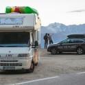 Кэмпер и Subaru Outback команды RideThePlanet на высокогорном автомобильном перевале между Италией и Австрией. Фото – Константин Галат