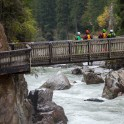 Австрия. Каякеры просматривают порог Wellebrucke на реке Oetz. Фото – Константин Галат