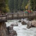 Австрия. Райдеры просматривают порог на реке Oetz. Фото – Константин Галат