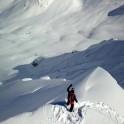 Грузия, регион Верхняя Рача. Райдер Андрей Москвин на старте своей линии на гребне. Фото – Рустам Ибрагимов