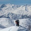Грузия, регион Верхняя Рача. Райдеры просматривают линии спусков с гребня. Фото – GoPro