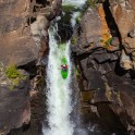 Горный Алтай. Водопад на реке Куркуре. Каякер - Алексей Лукин. Фото - Константин Галат